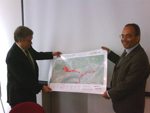 Mr. Guterres (left) and Carlos Lopes look at a UNOSAT map of the ongoing floods in Pakistan