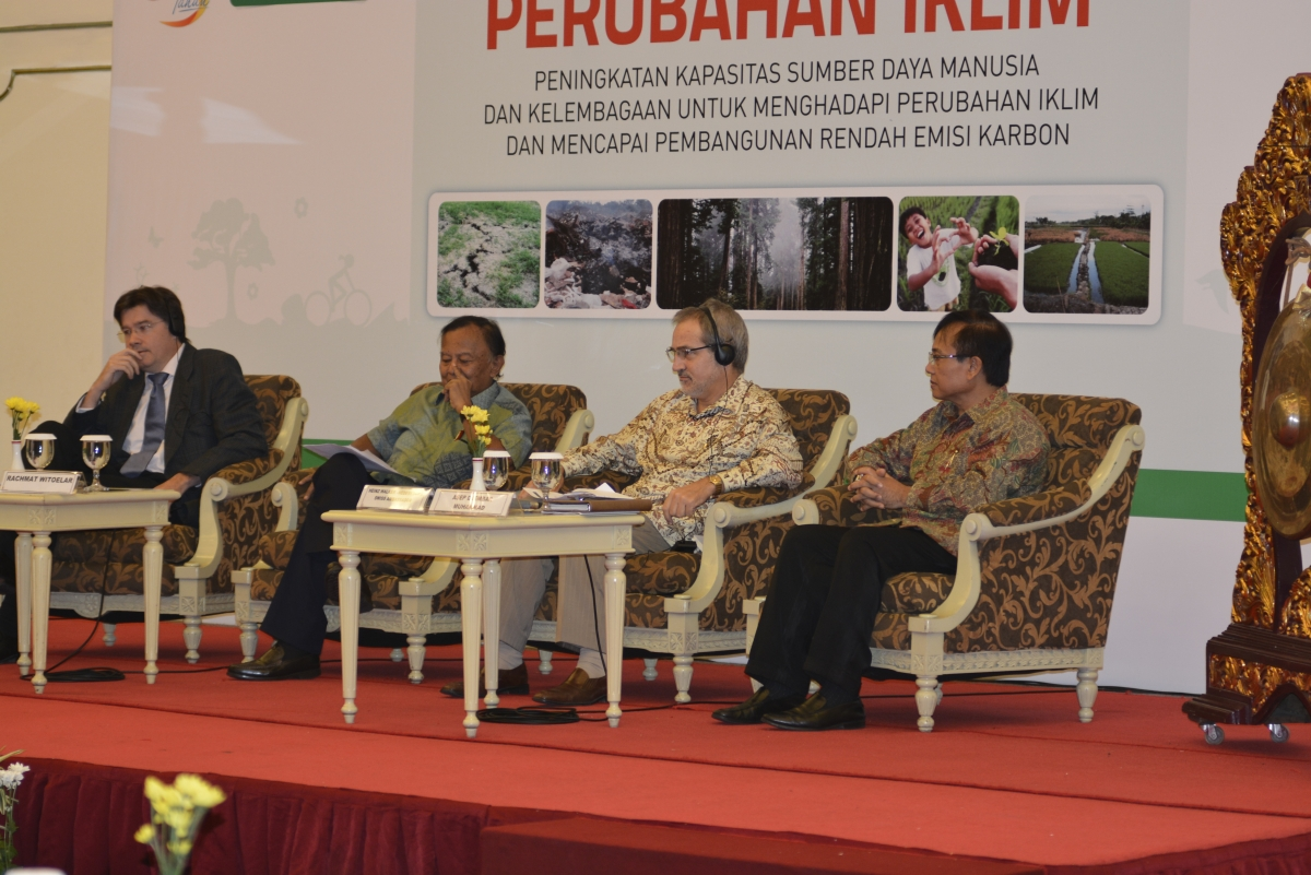 Speakers from left to right: Angus Mackay (UNITAR); Rachmat Witoelar (Special Envoy to the President of Indonesia on Climate Change); Heinz Walker-Nederkoorn (Swiss Ambassador to Indonesia); Asep Djembar Muhammad (Coordinating Ministry of People's Welfare)