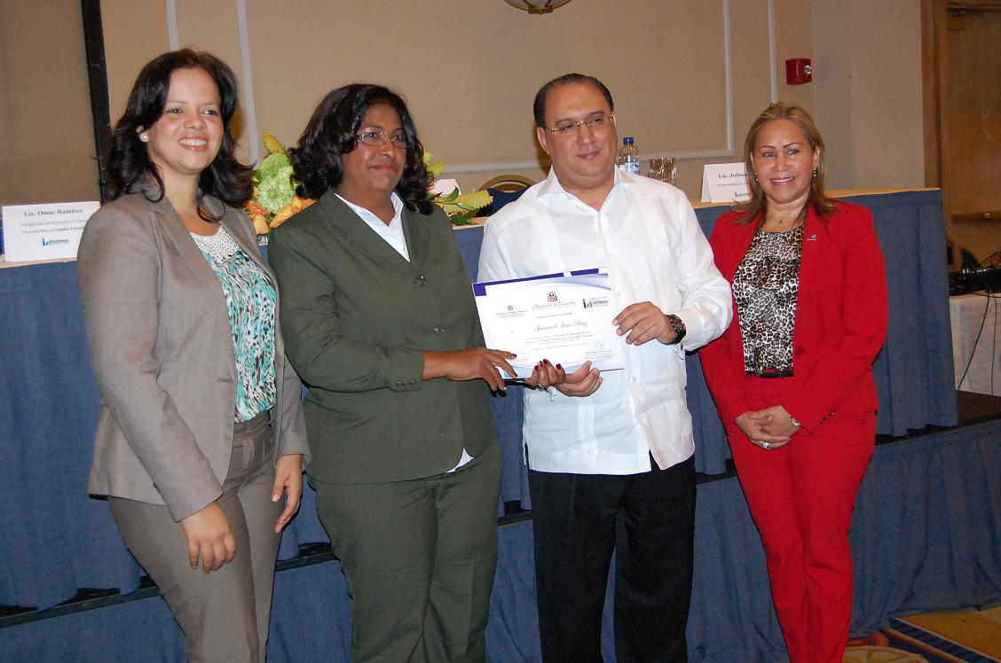 Professor Juana de Jesus Ruiz received his certificate CNCCMDL from the Executive Vice President CNCCMDL, Omar Ramirez Tejada. They are accompanied by Ms. Julissa Ureña, the UNESCO Focal Point in the country, and Ms. Denia Burgos, Director of INAFOCAM