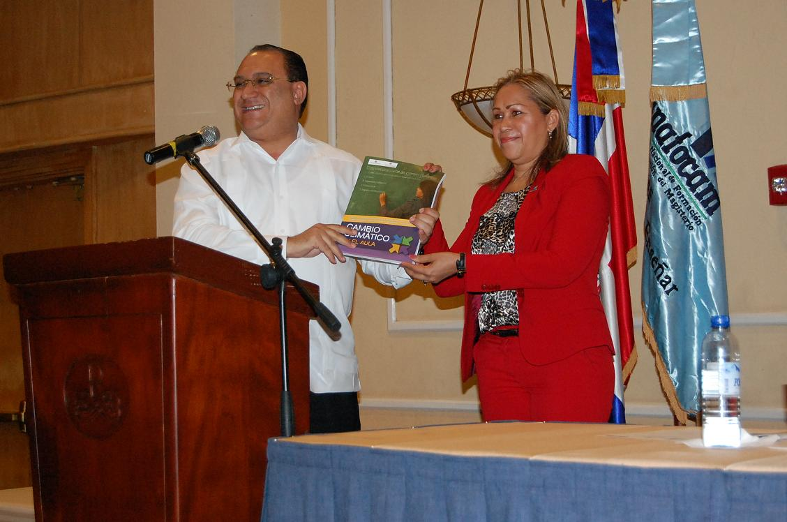 Mr. Omar Ramirez Tejada and Ms. Denia Burgos show the material used to teach climate change in the classroom.