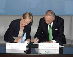 Sally Fegan-Wyles (left) and Ekmeleddin Ihsanoglu signing the MoU