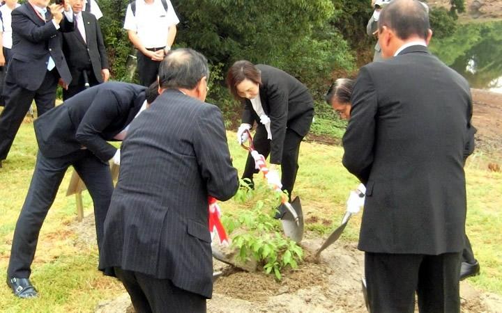 GLH co-founder Tomoko planted Camphor tree at Nagasaki Hill