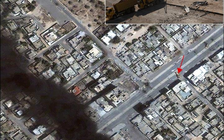a photograph of dump trucks used as a blockade in Misratah is precisely located in a satellite image from 23 April 2011 (see red arrow).