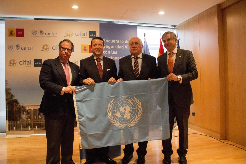 Alexander Mejía presented the UN flag to the President of RACE